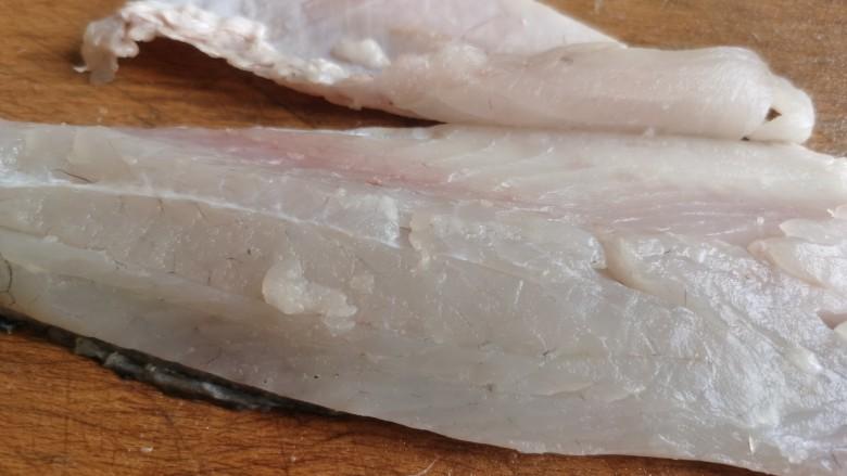 糖醋鲈鱼,片下的鱼片除了鱼胸处的几根鱼刺,基本上没有别的乱刺,用刀斜着切去胸部的鱼刺。
