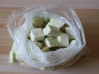 糖醋茄子,茄子去皮洗净切块放入保鲜袋中,倒入40g玉米淀粉,捏紧开口后摇晃均匀,让茄块表面裹一层淀粉;