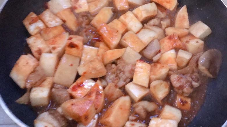 杏鲍菇烧鸡块,根据豆瓣酱的咸淡决定要不要下生抽和盐。加少量清水焖煮几分钟