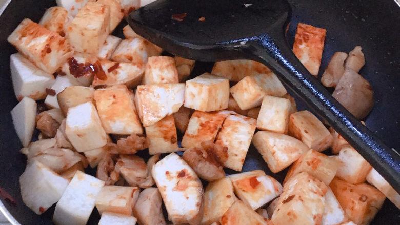 杏鲍菇烧鸡块,然后下杏鲍菇一起翻炒。