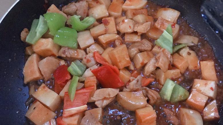杏鲍菇烧鸡块,汤汁快收干的时候下彩椒