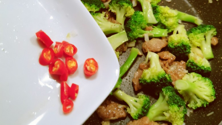 西兰花炒牛肉,放入红尖椒  翻拌均匀关火