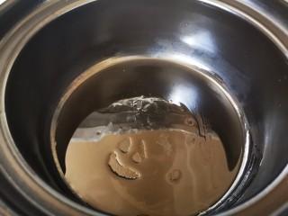 香辣鹵雞爪,砂鍋底部刷油