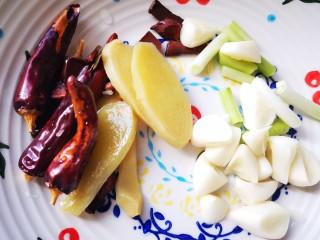 香辣鹵雞爪,準備鹵制的八角桂皮,蔥姜蒜,干辣椒等佐料