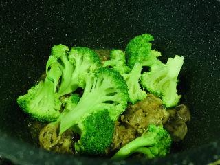 西蘭花炒牛肉,倒入西藍花,翻炒均勻,出鍋;
