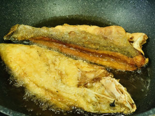 糖醋鱸魚,再把之前的那半鱸魚,放進去炸下;