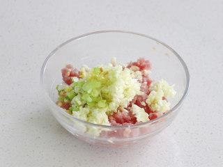 絲瓜釀肉,將之前攪碎的絲瓜瓤,蔥姜蒜放入碗中