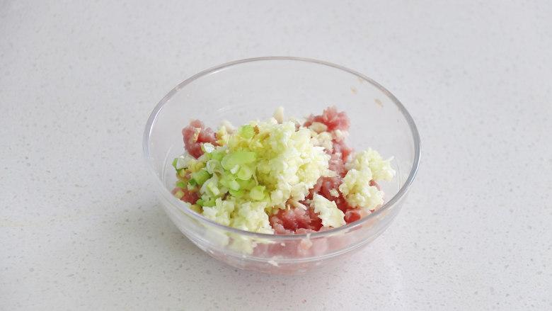 丝瓜酿肉,将之前搅碎的丝瓜瓤,葱姜蒜放入碗中