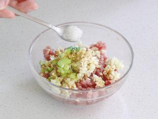 絲瓜釀肉,放入一勺糖