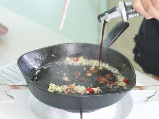 絲瓜釀肉,加入適量的生抽