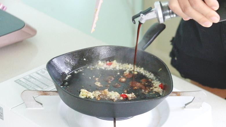丝瓜酿肉,加入适量的生抽