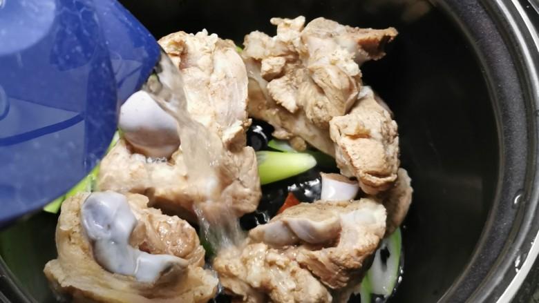 海带筒骨汤,倒入清水 水量没过筒骨 按下煲汤功能键 约30分钟
