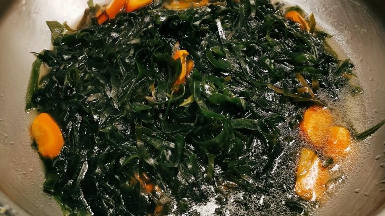 海带筒骨汤,煮至海带达到自己喜欢的成熟度