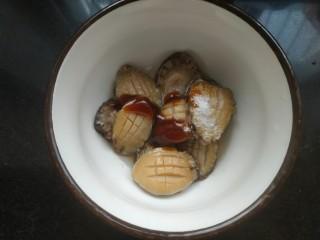 鮑魚撈飯,加入一勺料酒,適量蠔油,適量鹽