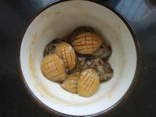 鮑魚撈飯,攪拌均勻腌制一會兒