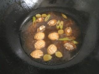 鮑魚撈飯,把鮑魚連同腌制鮑魚的調料一起倒入鍋中