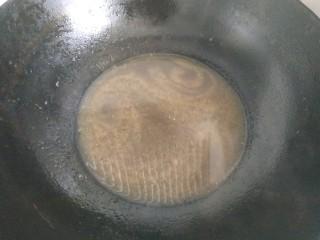 鮑魚撈飯,把鍋中的蔥姜撈出不要,只剩下湯汁