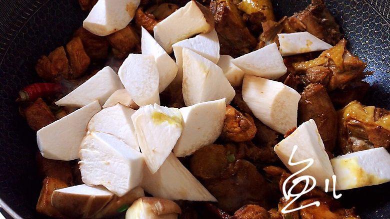 杏鲍菇烧鸡块,炒匀,放入杏鲍菇块