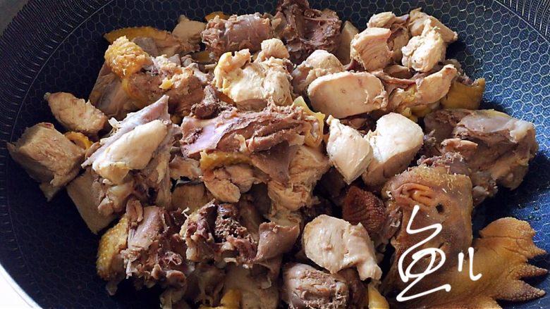 杏鲍菇烧鸡块,油锅烧热,放入鸡块翻炒片刻