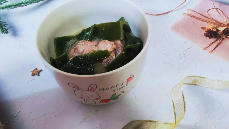 海带筒骨汤,放凉一会儿