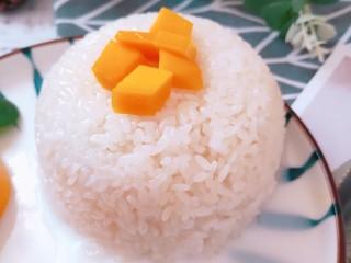 芒果糯米饭,然后扣入盘中。