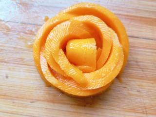 芒果糯米饭,从一端开始卷,卷成花朵的形状。