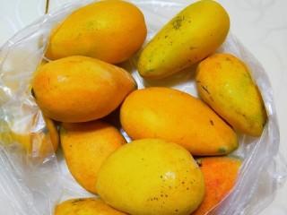 芒果糯米饭,一个芒果,尽量选大一些的,成熟度比较好的。