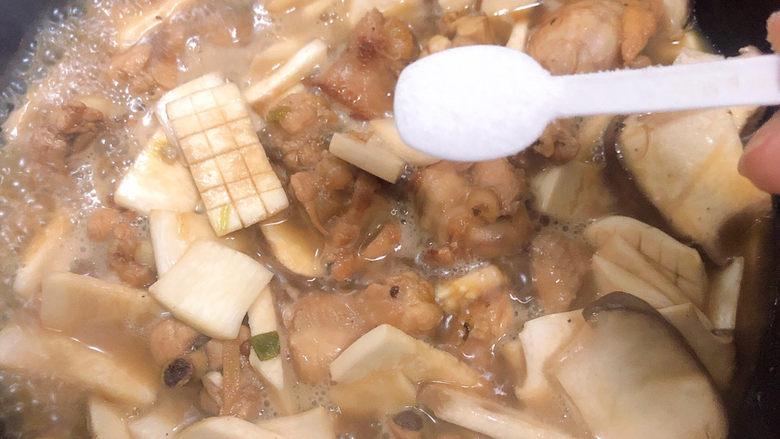 杏鲍菇烧鸡块,放入一少盐。盖盖儿继续炖5分钟。
