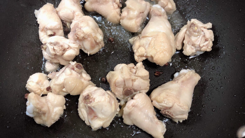 杏鲍菇烧鸡块,放入鸡翅根翻炒均匀。