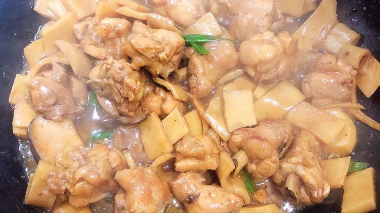 杏鲍菇烧鸡块,关火,美味佳肴可以出锅了。
