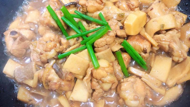 杏鲍菇烧鸡块,出锅前撒上小葱点缀。