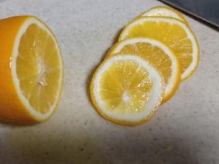 百香果柠檬鸡爪,柠檬用盐洗外皮,切片。