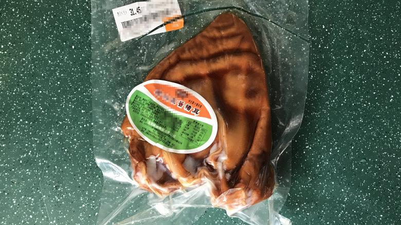爆炒猪耳朵,买的真空包装酱猪耳,打开直接可以吃的这种,比较省事快捷,不过重新加工爆炒下更好吃