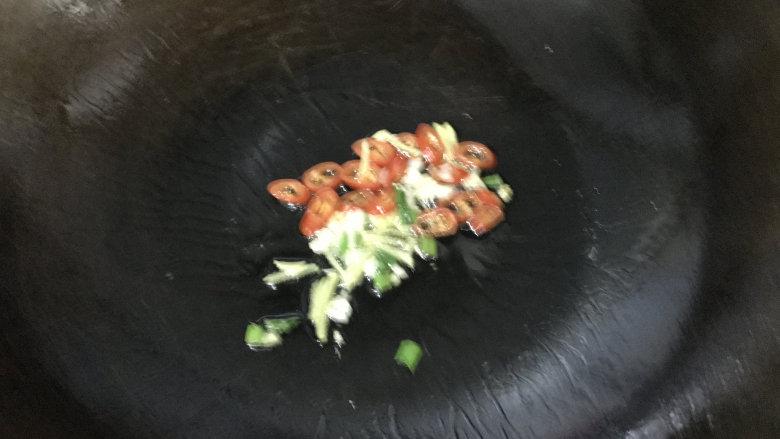 爆炒猪耳朵,炒锅烧热放入食用油,下葱姜蒜和小米辣
