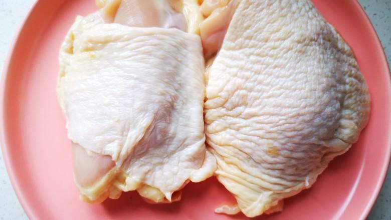 杏鲍菇烧鸡块,将鸡腿肉洗净备用