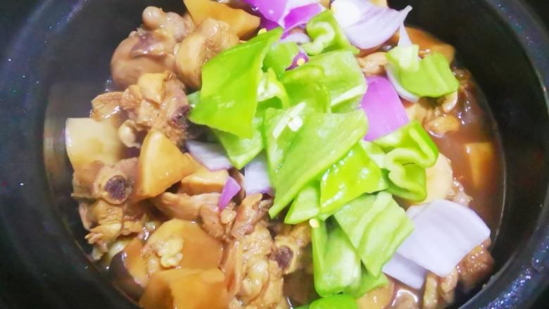 杏鲍菇烧鸡块,转中火继续焖煮,待汤汁收干时,加入洋葱青椒块,转大火翻炒均匀,入味即可出锅