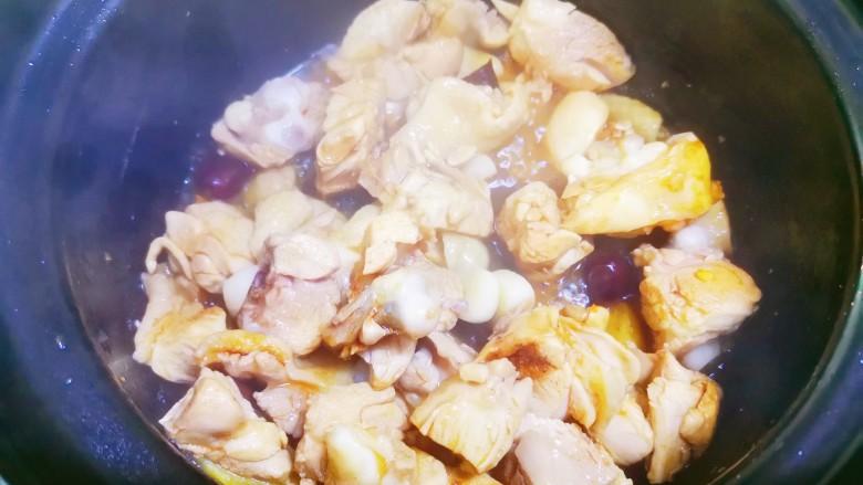 杏鲍菇烧鸡块,将鸡块炒干水分后