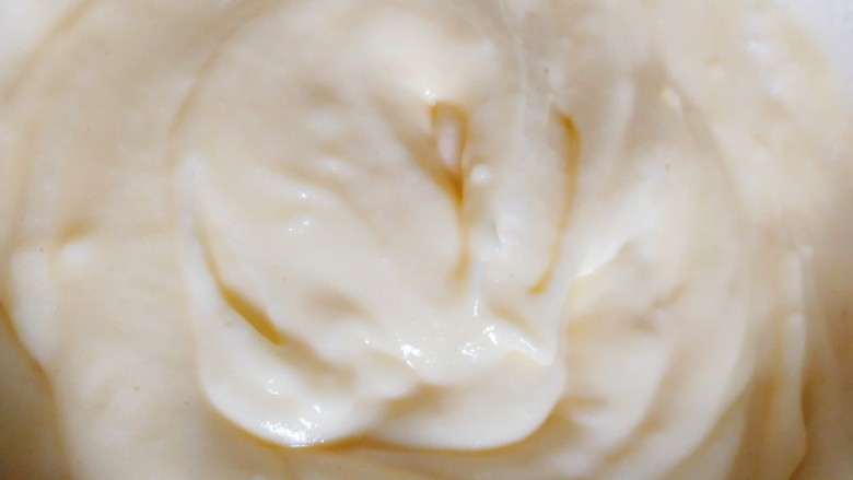 舒芙蕾松饼(平底锅版),轻轻翻拌,让卡仕达酱和蛋白充分拌匀。