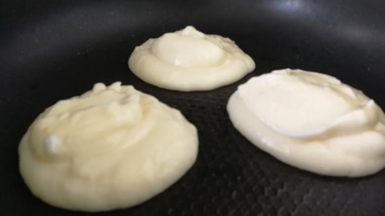 舒芙蕾松饼(平底锅版),用饭勺盛满倒入锅内。