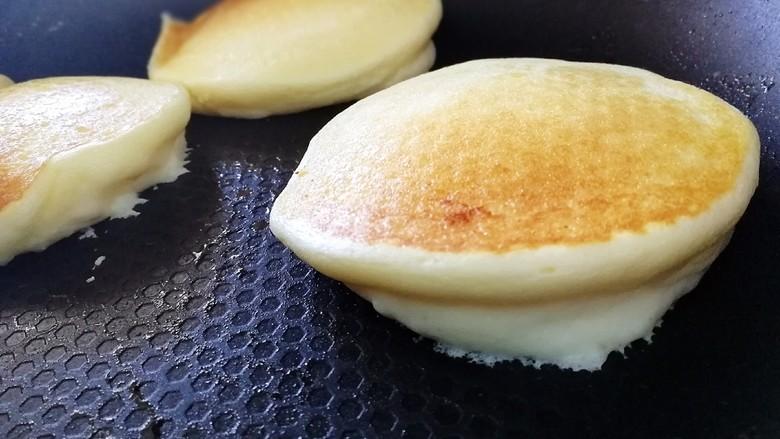 舒芙蕾松饼(平底锅版),轻轻的翻面。在锅边淋上半勺清水。