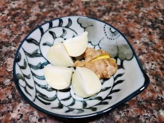 杏鮑菇燒雞塊,將生姜拍扁,大蒜去皮切分好。