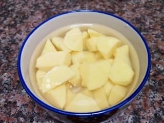 杏鮑菇燒雞塊,將土豆去皮洗凈切成塊,用水泡著備用。