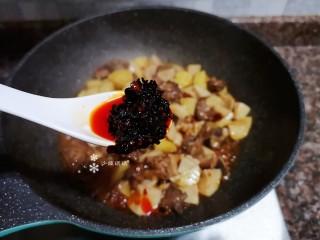 杏鮑菇燒雞塊,起鍋前加入一勺老干媽油辣椒翻炒均勻即可出鍋。
