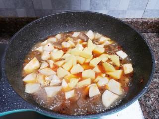 杏鮑菇燒雞塊,放入土豆和杏鮑菇煮開后轉小火煮至湯汁濃稠。