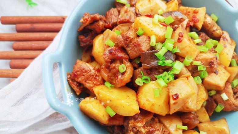 杏鲍菇烧鸡块,撒上适量葱花增香。