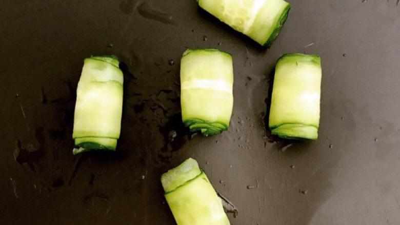 手撕鸡胸肉,把黄瓜用削皮刀削成薄片,然后卷起来