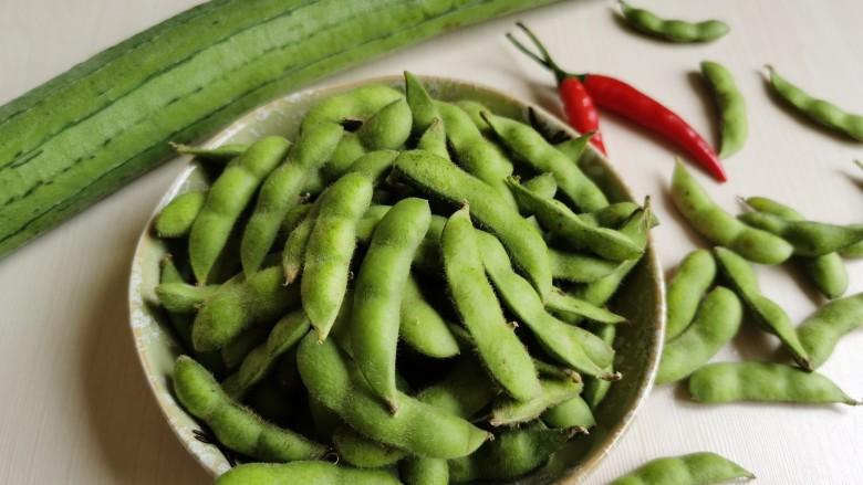 丝瓜炒毛豆,准备所需食材。