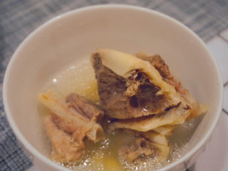 海带筒骨汤,高压锅煮出来的筒骨真的好软好好吃啊😋