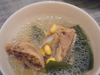 海带筒骨汤,然后海带筒骨汤就熬煮好了呀😁