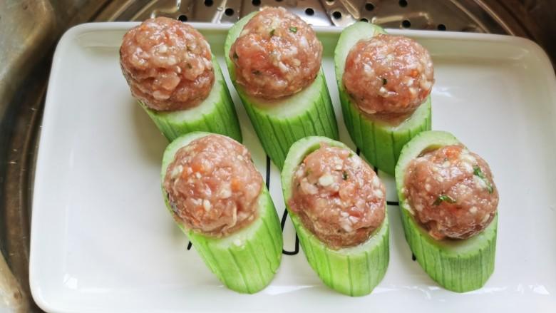 丝瓜酿肉,蒸锅放水烧开,放入丝瓜蒸制大约8—10分钟。